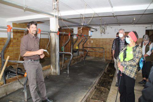 Jürgen Dünser informierte die Teilnehmer am Mottnerhof über die Milchviehwirtschaft.HE