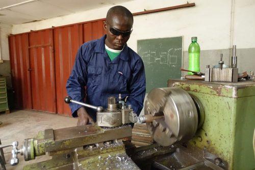 Junge Leute in Enugu/Nigeria erhielten durch die Hilfe von Hugo Ölz eine Ausbildung, zum Beispiel zum Schlosser.Kath. Kirche