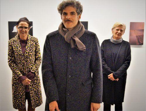 Kuratorin Margot Prax, der ausstellende Künstler Drago Persic und Galeristin Andrea Miessgang-Romagna. YAS/4