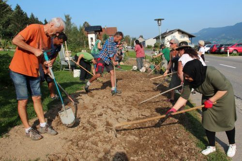 Kursteilnehmer(innen) beim Vorbereiten des Bodens. Naturschutzbund