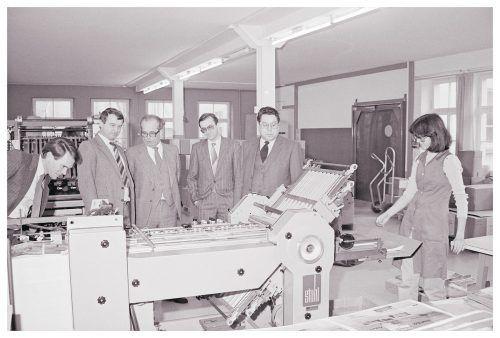 Landeshauptmann Herbert Keßler (3. v. l.) besuchte 1982 in Begleitung von Bürgermeister Gerhard Köhlmeier mehrere Betriebe der Marktgemeinde Hard, darunter auch die Druckerei Pfanner.Helmut Klapper; Helmut Tiefenthaler; Vorarlberger Landesbibliothek