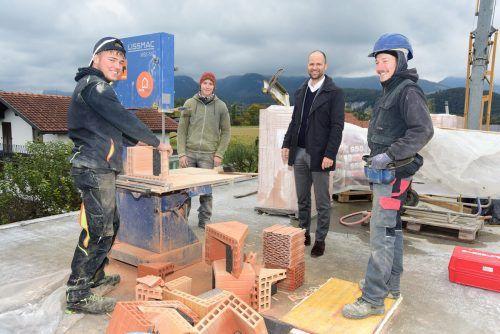 Landesrat Marco Tittler stattete den Jugendlichen auf der Baustelle einen Besuch ab. VLK/Werner Micheli
