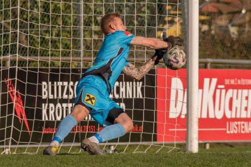 Lauterach-Goalie Nicolas Mohr parierte den Elfer von Aleksandar Umjenovic.STIPLOVSEK