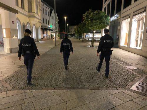 Leere Dornbirner Innenstadt: Die VN begleiteten Polizisten bei der Sperrstundenkontrolle.VN/Rauch