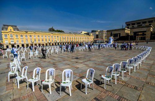 Leere Stühle erinnern bei einer Protestaktion im kolumbianischen Bogota an Gesundheitspersonal, das an Covid-19 verstorben ist. AFP