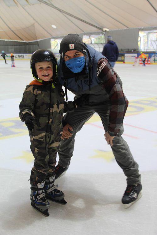 Leon und Thomas Schairer nutzten bereits die Gelegenheit, um ihre ersten Runden auf dem Eis zu drehen.str