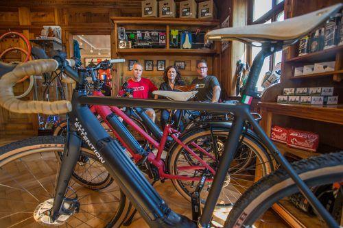 Markus Frick, Ulrike Frick und Simon Peter (v. l.) bieten E-Bikes und Zubehör für Individualisten in einer renovierten Villa an.VN/Steurer