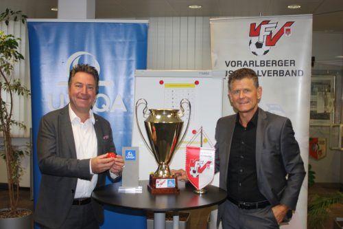 Markus Stadelmann, Geschäftsführer Uniqa Vorarlberg, und VFV-Präsident Dr. Horst Lumper (r.) bei der Auslosung.Knobel