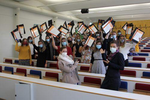 Mit dem Diplom in der Hand geht es jetzt ins Berufsleben. Vorarlberger Krankenhaus-Betriebsges.m.b.H