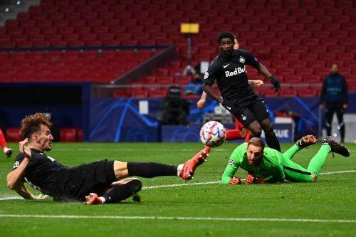 Mit letztem Einsatz schafft Mergim Berisha seinen ersten Champions-League-Treffer und die zwischenzeitliche Führung für Salzburg. AFP