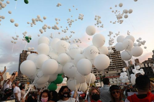 Mit weißen Ballons erinnern die Menschen in Beirut an die mindestens 190 Todesopfer der verheerenden Explosionskatastrophe im August. AFP