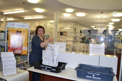 Mitarbeiterin Angelika Riesch freut sich schon sehr auf die reguläre Wiedereröffnung der AK-Bibliothek.BI