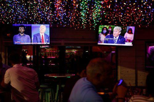 Nach Absage ihres zweiten Fernsehduells traten Trump und Biden zeitgleich bei Fragestunden im Fernsehen auf. reuters