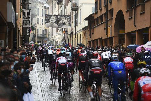 Nur langsam kam das Feld in die Gänge, den Fahrern war die Etappe zu lange.ap