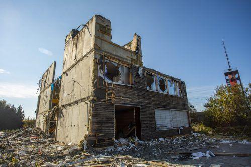 Nur noch eine Ruine ist das Gebäude der Dornbirner Ausweichschule nach dem Brand.VN/Paulitsch