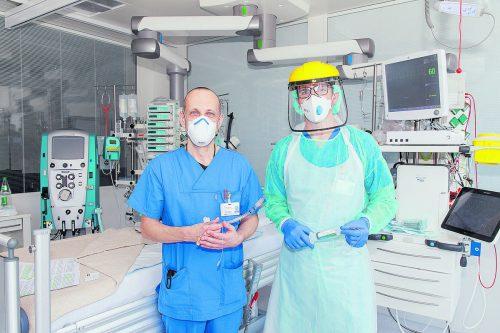 Oberarzt Wolfgang List (l.) fungiert in Coronazeiten als Bettenkoordinator, Alexander Walla hat die Pflegeleitung auf der Intensivstation inne.khbg