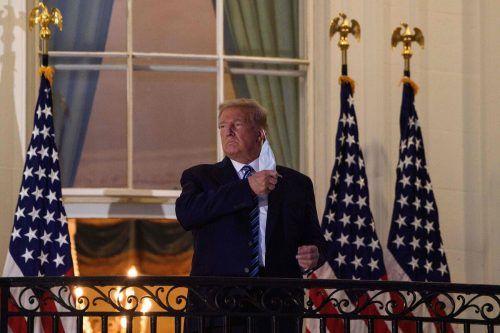 Obwohl er ansteckend sein dürfte, nahm der Republikaner seine Maske ab. Kameraleute waren in der Nähe. AFP