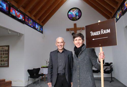 """Pfarrer Paul Burtscher und Isabella Nenning laden in den """"TrauerRaum"""" ein.wam"""