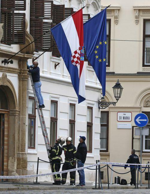 Polizeibeamte untersuchen den Tatort in der kroatischen Hauptstadt. AP
