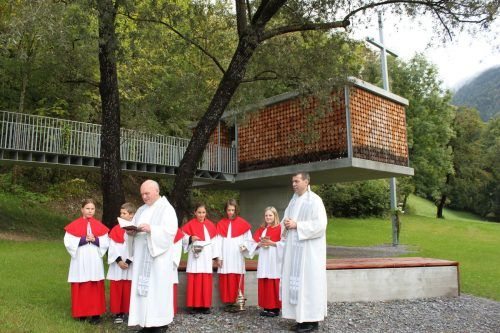 Prälat Hans Fink und Pfarrer Walter Metzler bei der Kapellensegnung.kam