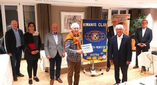 """Präsident Eberhard Schulz vom Kiwanisclub Feldkirch-Montfort (vorne r.) überreichte Elmar Stüttler (l.) den Startbetrag zum Projekt """"neuer Lkw"""". kiwanis"""