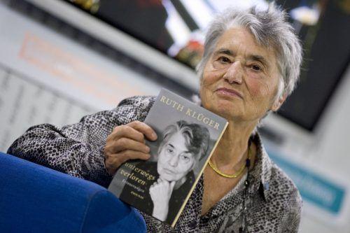 """Ruth Klüger mit ihrem Buch """"unterwegs verloren"""". dpa"""