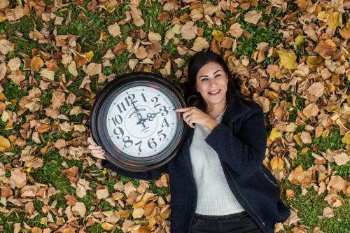 Sabine aus Weiler freut sich, dass es mit der Zeitumstellung morgens wieder früher hell ist. Dafür ist es aber am Abend auch früher dunkel.VN/Steurer
