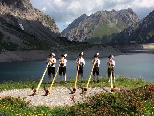 Seit 1983 wird das Tanzprogramm musikalisch mit Alphornklängen bereichert.
