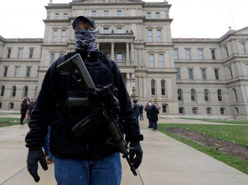 Seit Wochen demonstrieren teils Bewaffnete gegen Whitmers Coronapolitik. AFP
