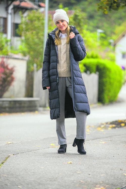Stilsicher Lisa aus Feldkirch trägt einen modischen Steppmantel von Cinque (389 €), einen trendigen Strickpullover von BRAX aus Wolle und Alpaka (149), eine Bluse von QUI (99 €) und eine weite Hose von YC (89,95 €); alles vom Modehaus Mayer in Götzis. VN/Steurer