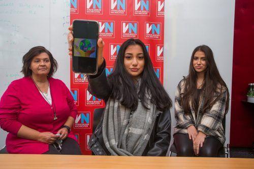 Stolz präsentiert Beyza, flankiert von Lehrerin Monika Steingruber und Maida Candic, das extra konzipierte Logo für die wohltätige Aktion ihrer Klasse. VN/Steurer