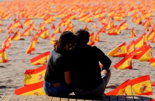 Tausende spanische Fahnen erinnern am Patacona Strand in Valencia an die Opfer der Coronapandemie. AFP