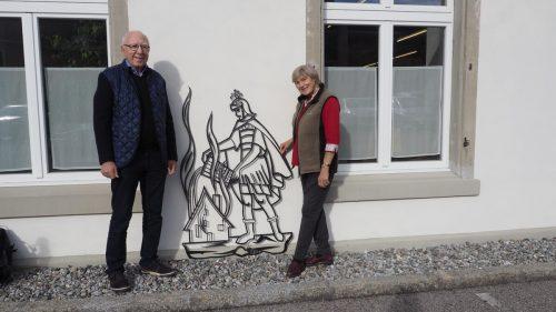 Theodor und Maria Marte überbringen den heiligen Florian aus ihrem einstigen Unternehmen, der Marte Feuerwehrfahrzeuge Feuerwehrtechnologie, der Museumswelt.Heilmann