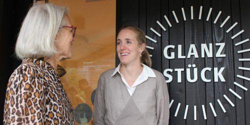 Theresia Fröwis begrüßt die neue Nachbarin Christina Fetz-Eberle, die pünktlich zum herbstlichen Event ihr Glanzstück im komot eröffnete. stp&4