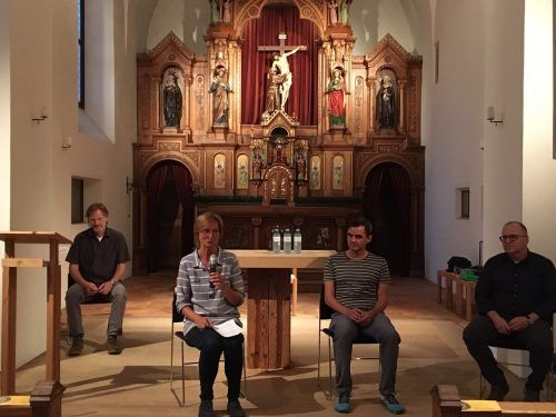 Trialog im Kapuzinerkloster Feldkirch v.l.: Moderator Kurt Bereuter, Ulrike Längle, Mario Leitgeb und Elmar Weiskopf.