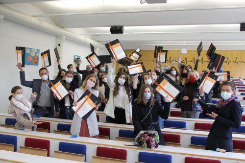 Trotz der widrigen Umstände freuen sich die 55 Absolventen in Feldkirch über ihren Abschluss. KHBG (2)