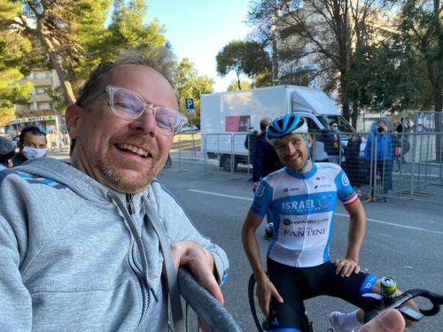 Überraschung nach der Zielankunft in Matera für Matthias Brändle. Der Vorarlberger Michael König nutzte seinen Italien-Aufenthalt für einen Abstecher zum Giro.König