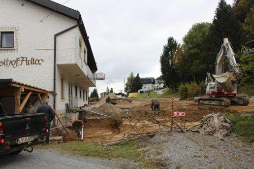 Beim und im Adler wird eifrig gewerkt, das Gasthaus wird umgebaut und ebenso wie der Parkplatz erweitert. Dabei wird auch die Bushaltestelle verlegt.
