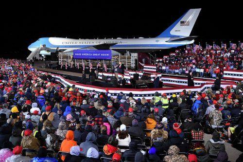 US-Präsident Donald Trump spricht am internationalen Flughafen von Duluth (Minnesota) zu seinen Anhängern. AFP