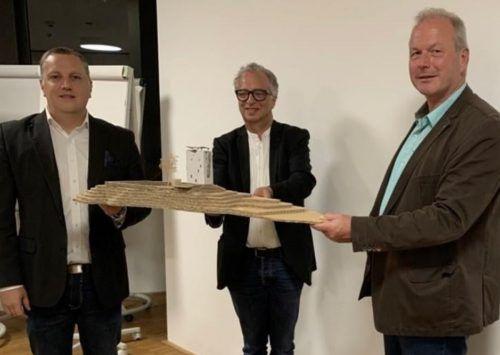 Vereinsobmann Christoph Längle, Architekt Wolfgang Ritsch und Bürgermeister Christian Loacker bei der Präsentation des Sanierungskonzepts.privat