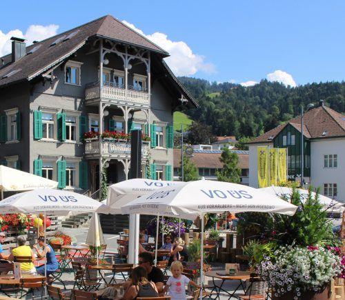 VO-ÜS-Schirme sind in Gastgärten längst ein vertrautes Bild, der neu gestaltete Alberschwender Dorfplatz wurde ein regelrechter Werbebotschafter. STP/3