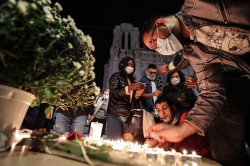 Vor der Kirche versammelten sich mehrere Menschen, legten Blumen nieder und zündeten Kerzen an. AFP