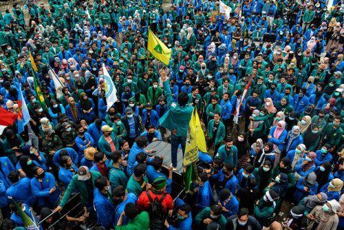 Wegen einer Reform des Arbeitsrechts kommt es derzeit in vielen Teilen Indonesiens zu teils gewalttätigen Protesten. AFP