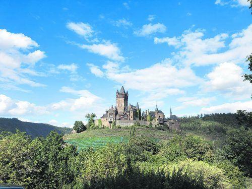 Wer von Ernst nach Cochem wandert, kommt an der Reichsburg Cochem vorbei.