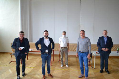 Wolfgang Maurer (l.), Bürgermeister Simon Tschann (2. v. l.), Mario Leiter (2. v. r.) und Maximilian Fritsche (r.) stellten sich den Fragen der Schüler. Pädagoge Herbert Thalhammer leitete die Fragerunde. BI