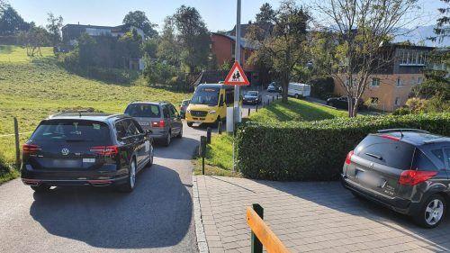 Zu Stoßzeiten bilden sich dichte Blechlawinen auf den teilweise nur einspurig befahrbaren Straßen im Wohngebiet. Heilmann