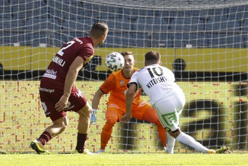 Zuschauen war die Devise von Altachs Kicker in Graz: Hier Berkay Dabanli beim 3:0 von Sturms Otar Kiteishvili. Altach-Goalie Tino Casali konnte einem leid tun.gepa