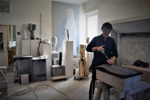 Albrecht Zauner in seinem Atelier. Derzeit arbeitet er an seiner Serie mit den Steinköpfen.yas (3)