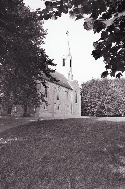 """Als 1864 die evangelische Kirche eröffnet wurde, erschien die """"katholische Pfarrgeistlichkeit"""" nicht.Vn"""