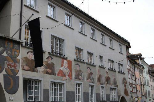 Als Zeichen der Verbundenheit und Anteilnahme wurde am Rathaus die Trauerbeflaggung angebracht.Stadt
